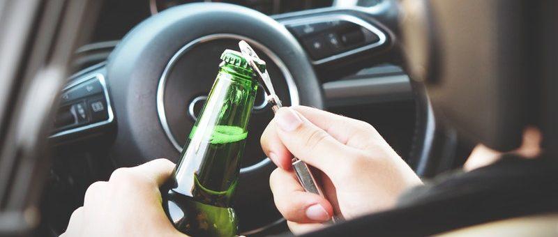 Polacy piją coraz bardziej odpowiedzialnie. Mniej nietrzeźwych osób siada za kierownicą